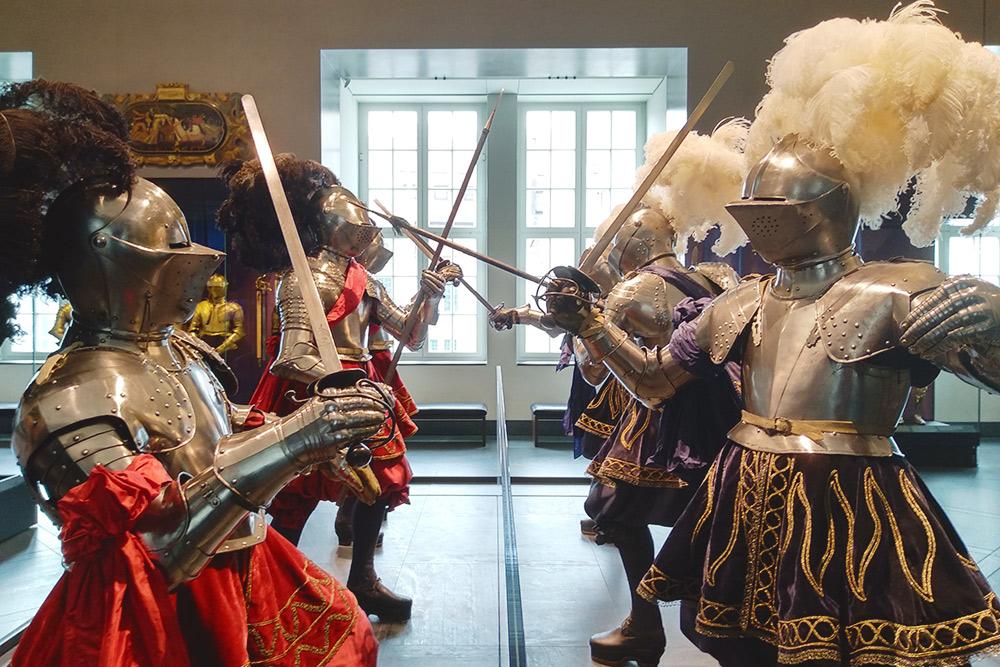 Парадные доспехи в музее замка-резиденции. В соседних залах можно увидеть доспехи конных рыцарей в полный рост на лошадях-манекенах