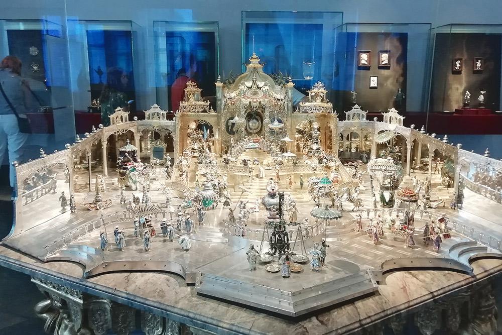 Один из самых больших ювелирных экспонатов в музее. Каждый раз, когда видел такие филигранные вещи, удивлялся: «Ну как они смогли сделать такое в 1600 году?»
