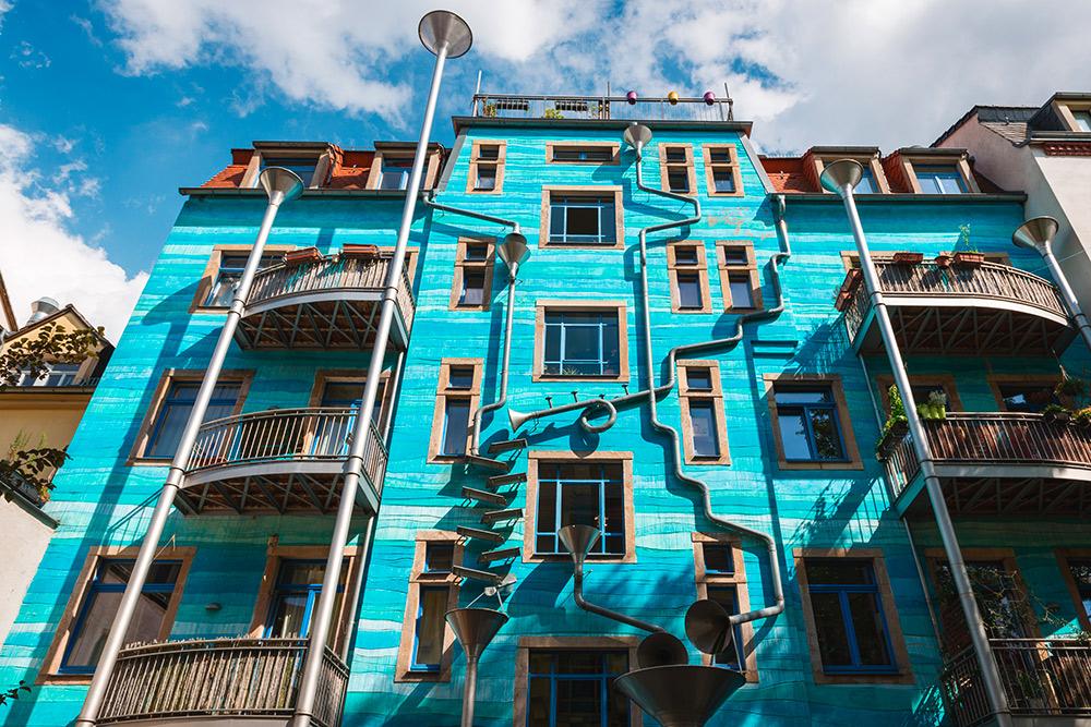На одной из стен во Дворе элементов расположены необычные водосточные трубы. Когда идет дождь, стекающая по ним вода создает причудливые мелодии. Авторы вдохновлялись Санкт-Петербургом и его водостоками. Фото: Shutterstock
