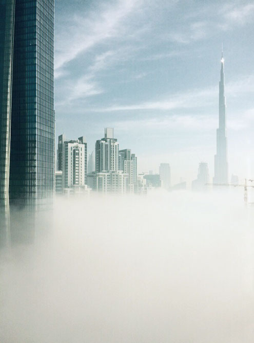 Если в редкие облачные дни подняться на 30-й этаж небоскреба, можно увидеть, как крыши других зданий виднеются сквозь облака