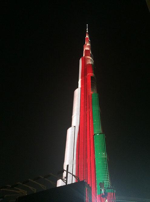 Вечером на башне устраивают световое шоу. Это шоу было приурочено ко дню флага ОАЭ — 3 ноября