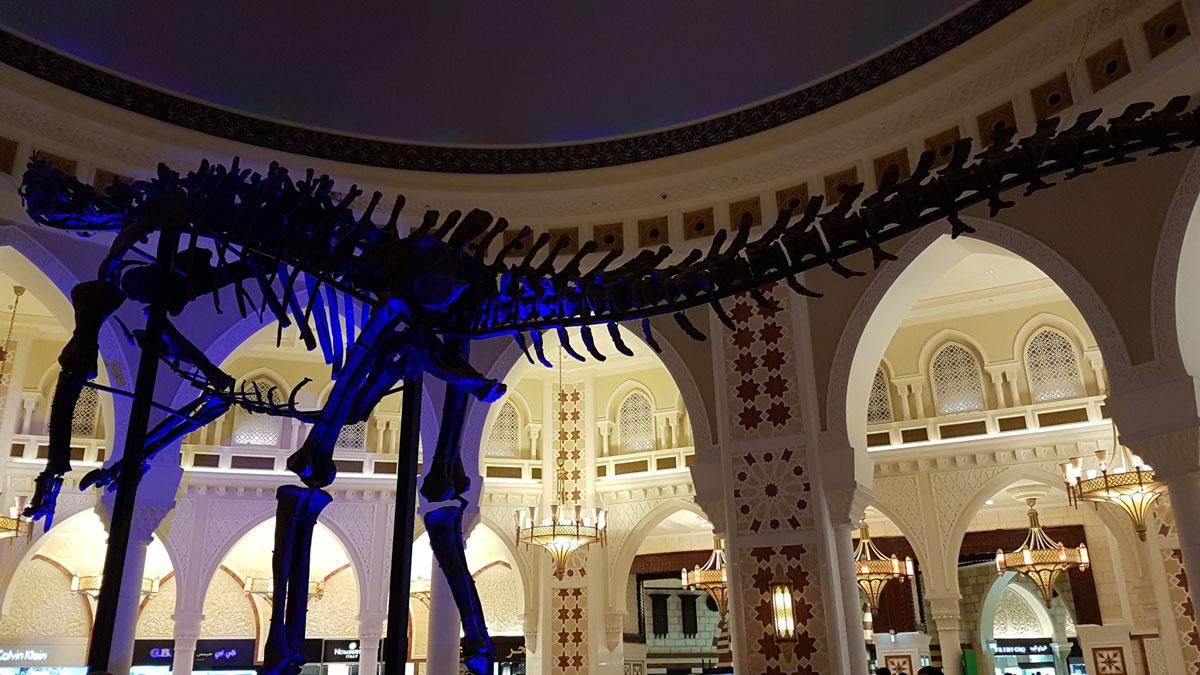 В моллах Дубая можно увидеть всё что угодно, например скелет настоящего динозавра, как в «Дубай-молле»