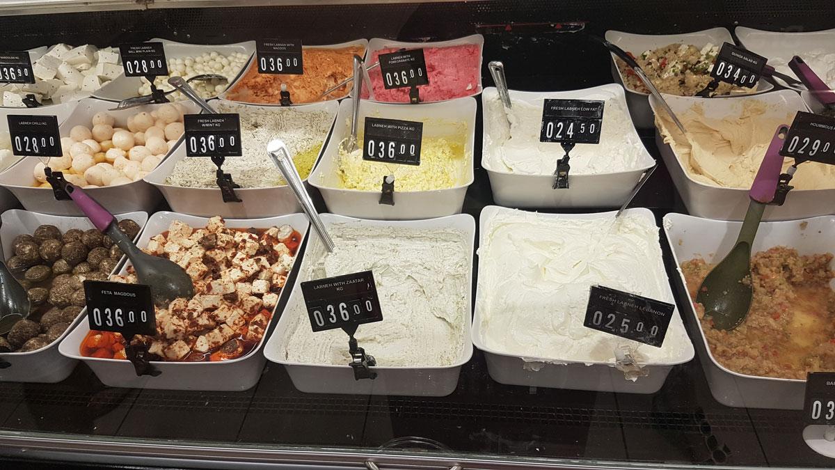 В больших супермаркетах всегда хороший ассортимент арабских сыров и йогуртов, например ливанский йогурт лабне с пряной специей затар — очень вкусно