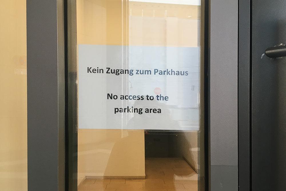 Вывески, меню, расписания, информация на стендах иногда дублируется на английском языке. В объявлении сказано, что через эту дверь нельзя спуститься на парковку