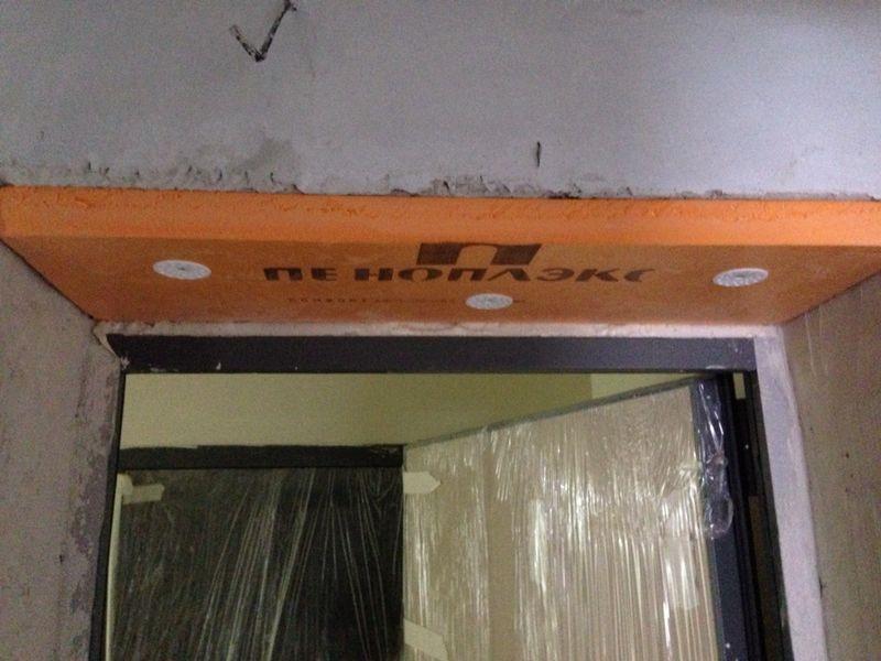 Недочет: дверной проем построили больше коробки входной двери, застройщик заткнул дыру пеноплексом