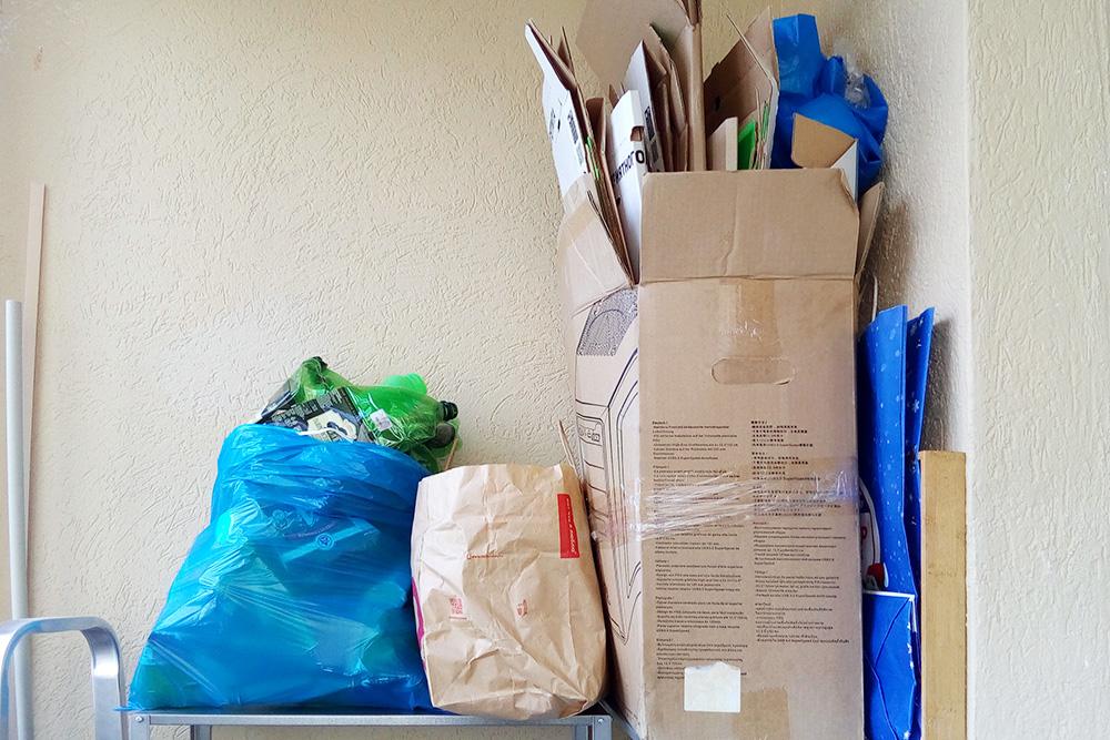 Храню вторсырье набалконе, контейнеров поднего не покупала, все складываю вкоробки или большие пакеты