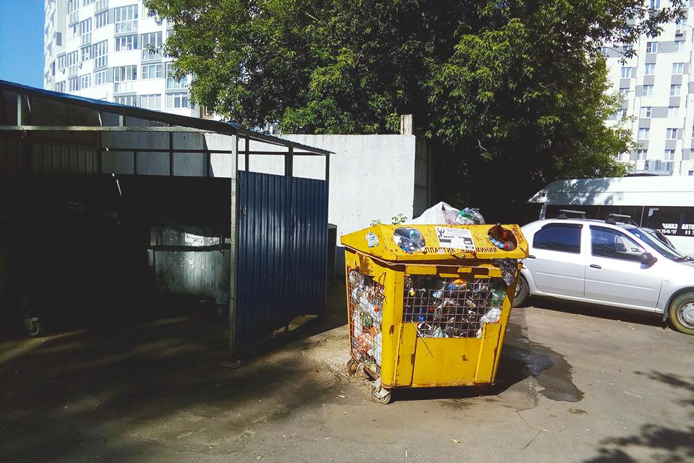 Контейнеры длясбора пластика и алюминиевых банок часто стоят переполненные, в них лежит бытовой мусор вперемешку совторсырьем