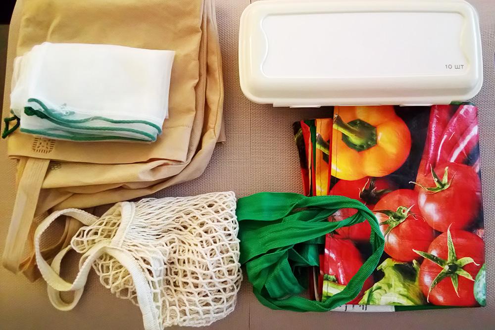 Несколько многоразовых сумок и&nbsp;авоська, мешочки для&nbsp;фруктов и&nbsp;овощей, контейнер для&nbsp;яиц — это для&nbsp;покупок. Этот комплект вещей за&nbsp;900&nbsp;<span class=ruble>Р</span> окупил себя и&nbsp;экономит до&nbsp;1200&nbsp;<span class=ruble>Р</span> в&nbsp;год