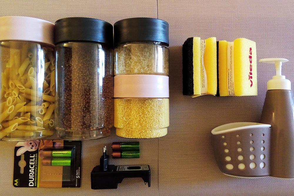 Благодаря многоразовым батарейкам; долговечным, но не&nbsp;биоразлагаемым губкам; таре, в&nbsp;которую можно перелить моющие средства или пересыпать крупы и&nbsp;макароны из&nbsp;больших упаковок, я добавила удобства и&nbsp;красоты в&nbsp;свой быт. Самое выгодное — батарейки, они окупаются за&nbsp;три&nbsp;года и&nbsp;экономят 400&nbsp;<span class=ruble>Р</span> в&nbsp;год
