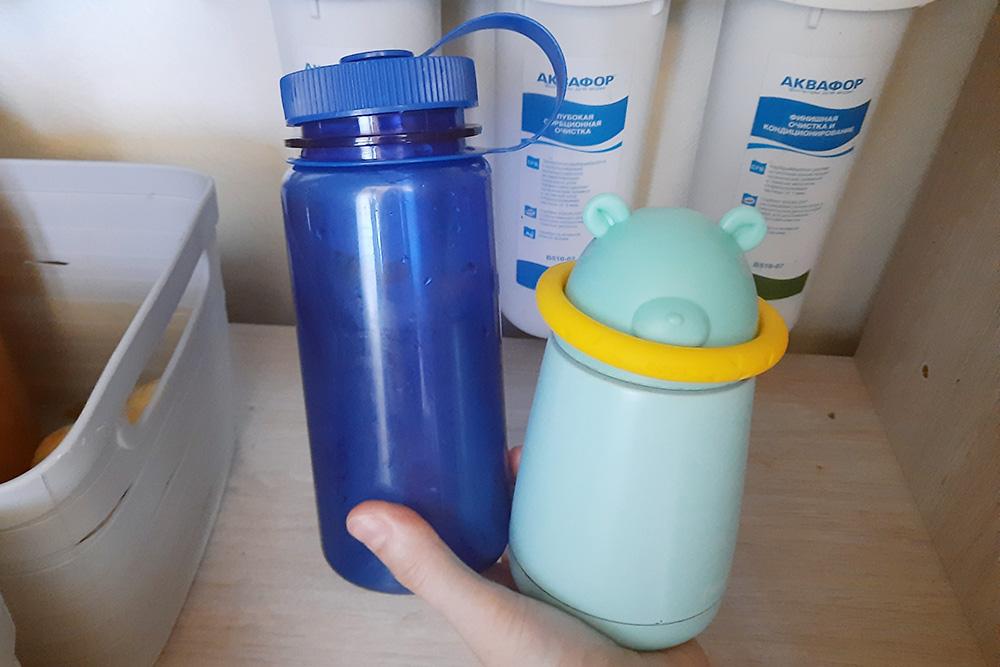 У меня встроенный фильтр «Аквафор», раз в&nbsp;год я меняю в&nbsp;нем картриджи. Бутылка для&nbsp;воды сувенирная, термос мне подарили. Этот комплект экономит мне 1000&nbsp;<span class=ruble>Р</span> в&nbsp;год на&nbsp;нужные картриджи и&nbsp;еще 1500&nbsp;<span class=ruble>Р</span> сверху. Любителям кофе термос сэкономит еще больше, если покупать кофе навынос у&nbsp;участников акции My&nbsp;cup, please и&nbsp;получать скидку 10—20%