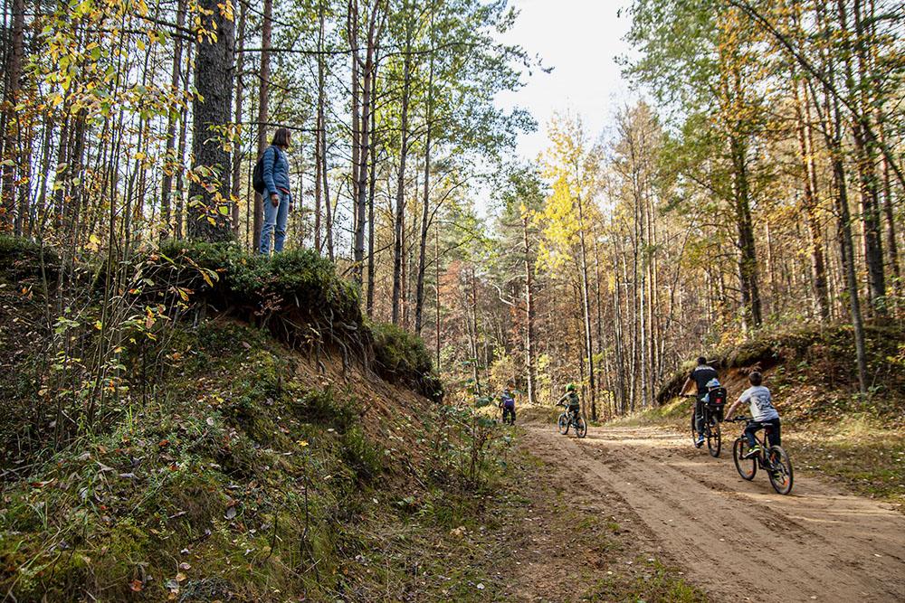 На тропе полно велосипедистов. Они катаются целыми семьями, но не мешают пешим туристам