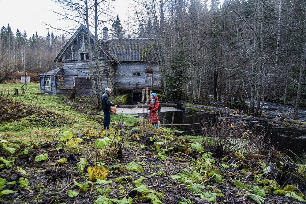 Заброшенная финская водяная мельница. Это единственное место, где мы встретили людей