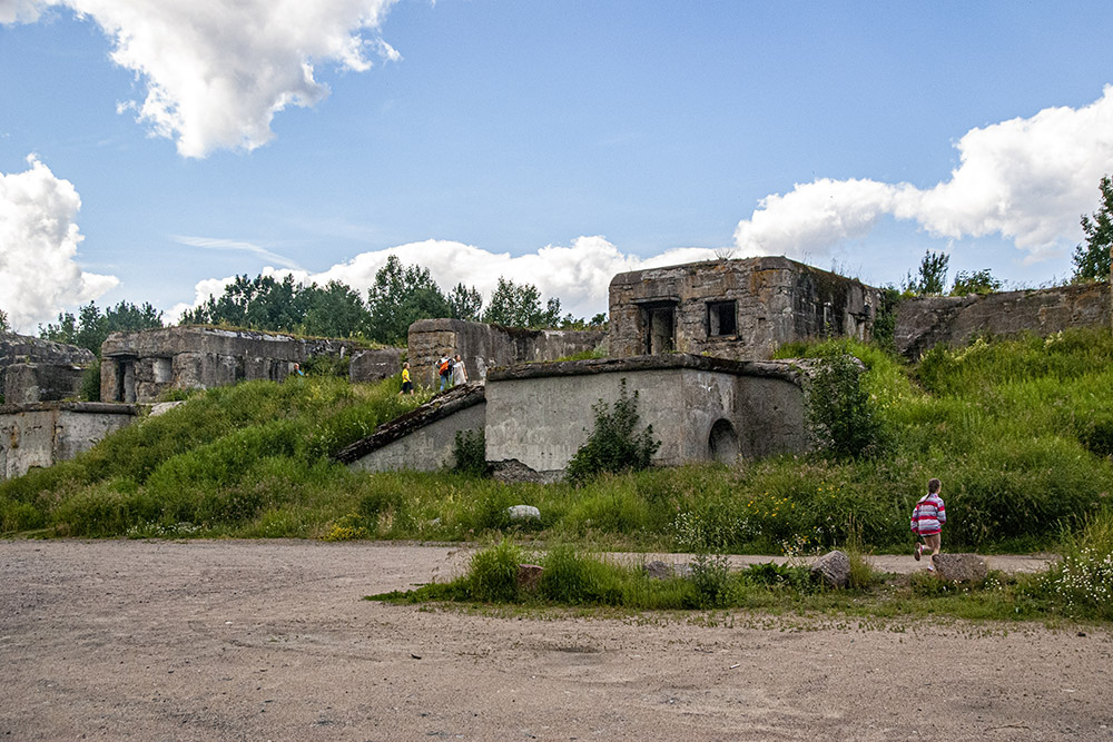 Заброшенный и заросший форт Шанц. По его верху протоптана тропа. Она очень живописная, хотьи не является частью экомаршрута