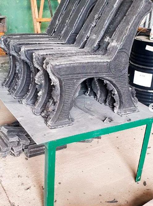 Возле цеха — склад полимерпесчаных изделий, которые изготовил экструдер. Из смеси пластика и песка получаются искусственные доски длясборки скамеек