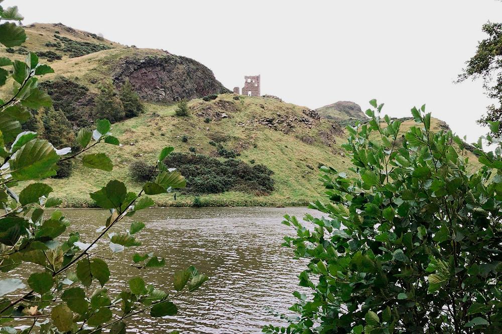 Парк «Холируд» с вулканом Артур Сит и развалинами древней часовни