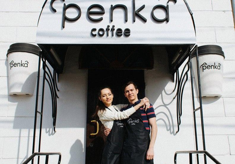 Основатели «Пенки» Настя и Егор у входа. Стаканчики им изготовили в рекламном агентстве, буквы покрашены вручную. Всё вместе стоит 27 тысяч