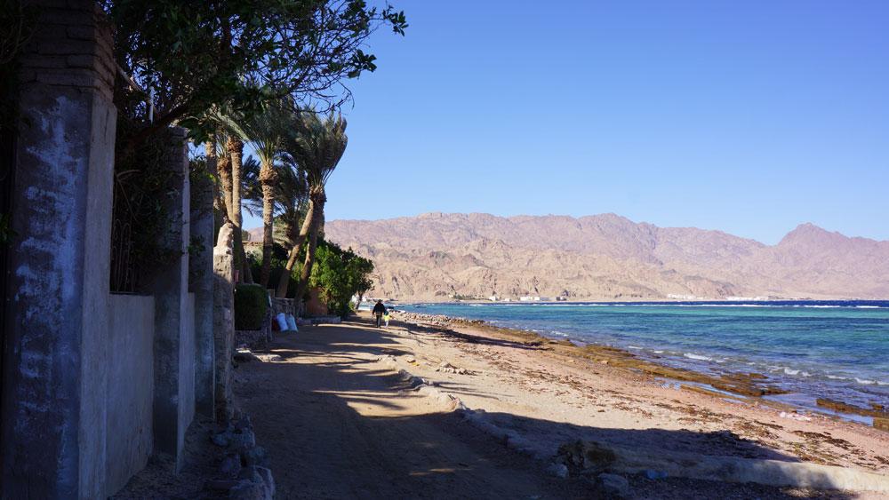 Местные живут в старом городе. Это два километра побережья с виллами в аренду, пляжем, кафе и отелями