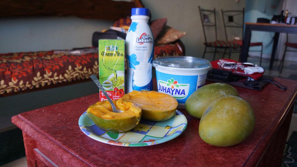 Мои покупки на 100 египетских фунтов (350 р.): три манго, пачка зеленого чая, бутылка молока, банка йогурта