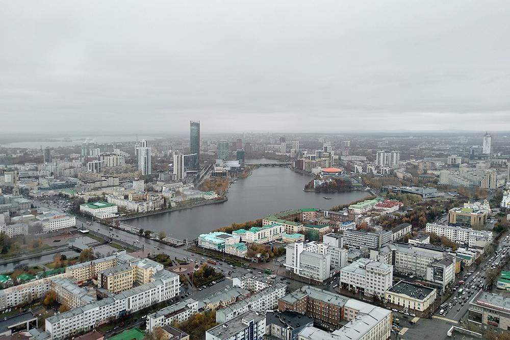 Вид на Екатеринбург со смотровой площадки «Высоцкого». На фото видно самое высокое здание в городе — это башня «Исеть» на берегу одноименной реки
