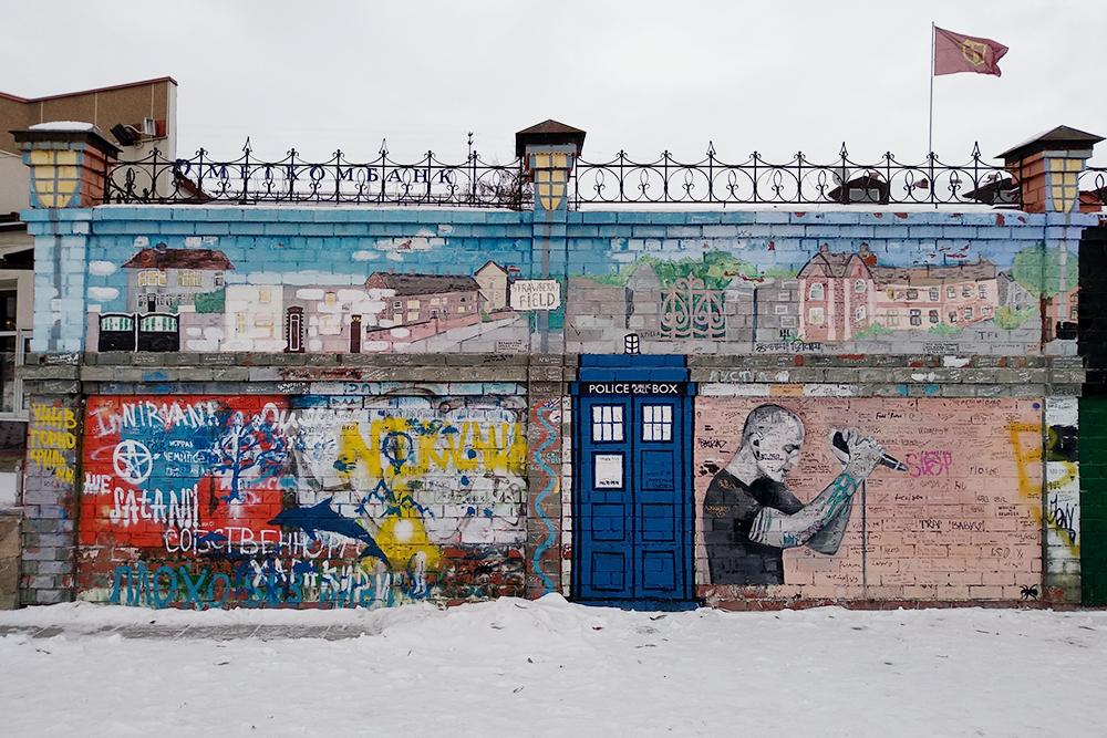 Наверняка наэтой стене есть идругие отсылки ксовременной поп-культуре. Если узнали что-то, напишите вкомментариях, что тут еще изображено