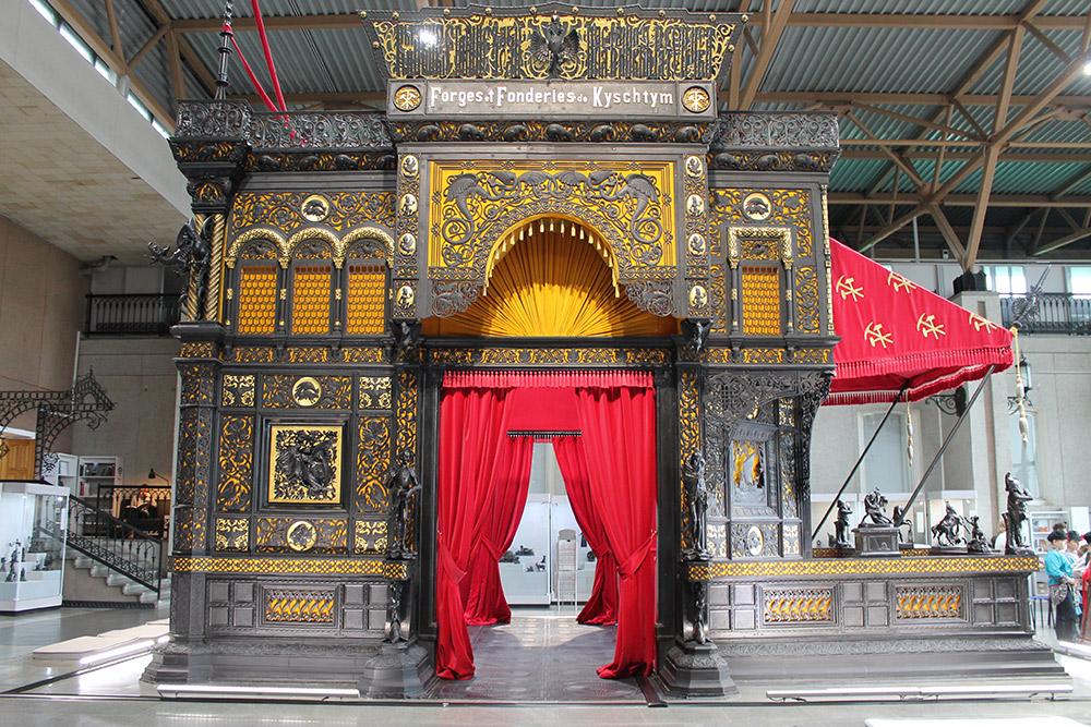 Каслинский чугунный павильон в музее изобразительных искусств. Там много мелких деталей. Сложность узора впечатляет