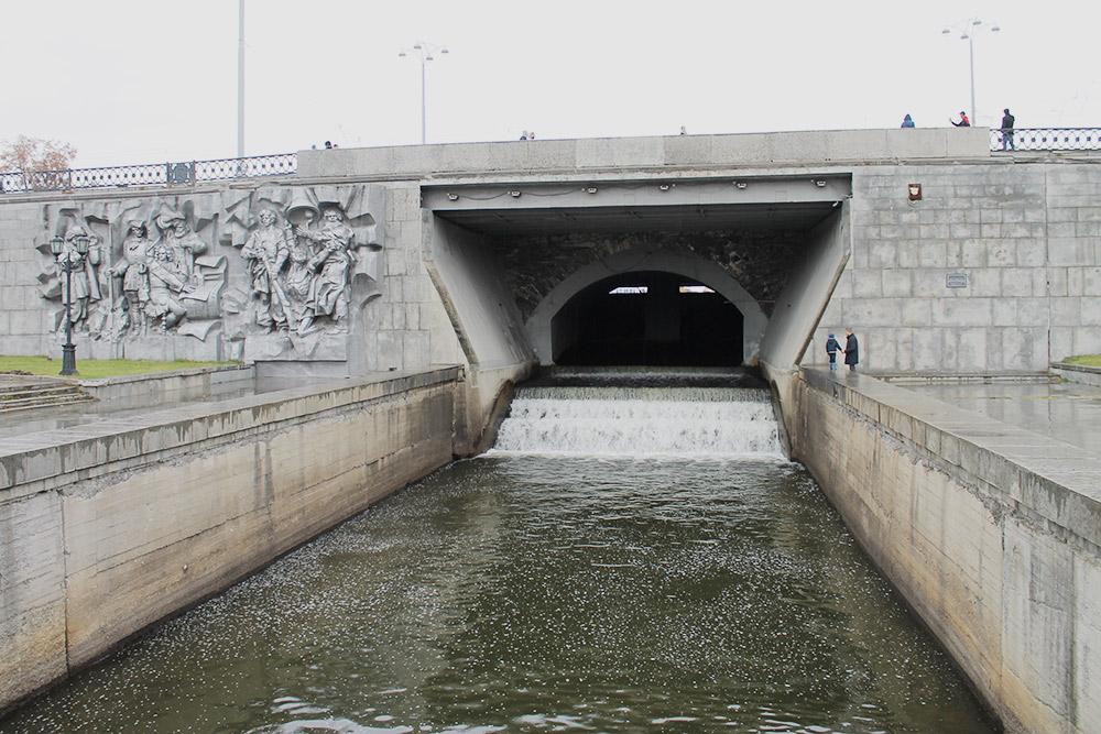 Плотинка — не образное название, это действительно плотина. Сразу за ней большой городской пруд, с которого начинался наш маршрут и рядом с которым он заканчивается. Плотина — памятник архитектуры и охраняется государством
