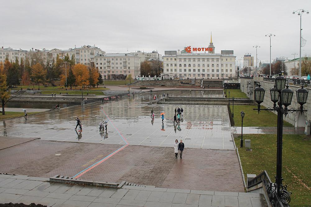Площадь перед Плотинкой и линии туристических маршрутов — красная и синяя