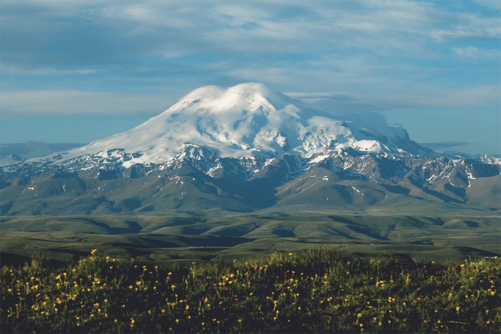 Эльбрус — самая высокая горная вершина России и Европы. Восхождение оставим опытным альпинистам, а вот у подножия побывать стоит каждому