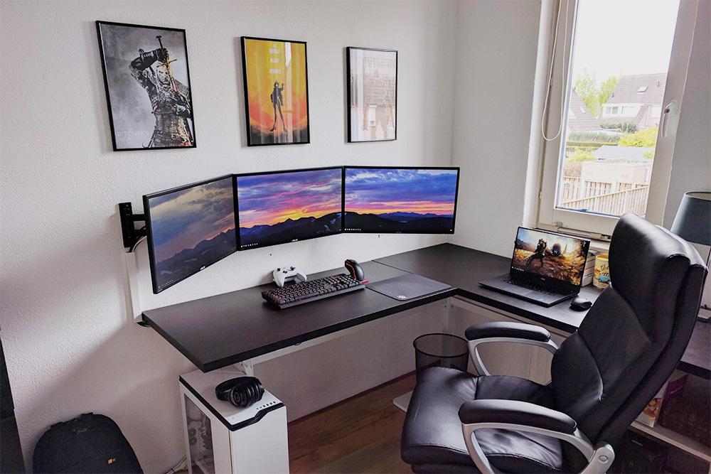 Рабочее место программиста выглядит вот так — нужен только стол и компьютер