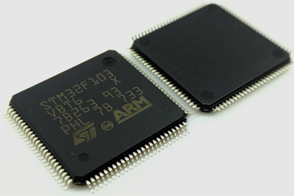 Выглядит микроконтроллер, например, вот так
