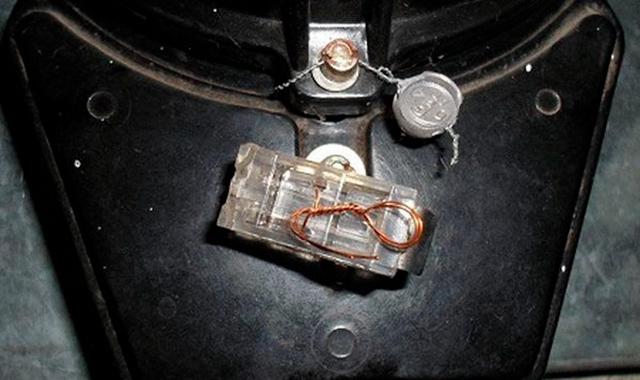 На этом счетчике две пломбы: старая свинцовая и новая пластиковая. Снимать их самостоятельно запрещено. Фото: «Новосел»