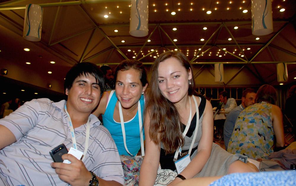 Всемирный форум молодежи One Young World, Цюрих, Швейцария. Я справа, с делегатами из Эквадора и Бельгии. Участие стоило 3000€, но организаторы помогали найти спонсоров. Моим выступила компания «Шелл»: она оплатила все расходы, включая визовый сбор