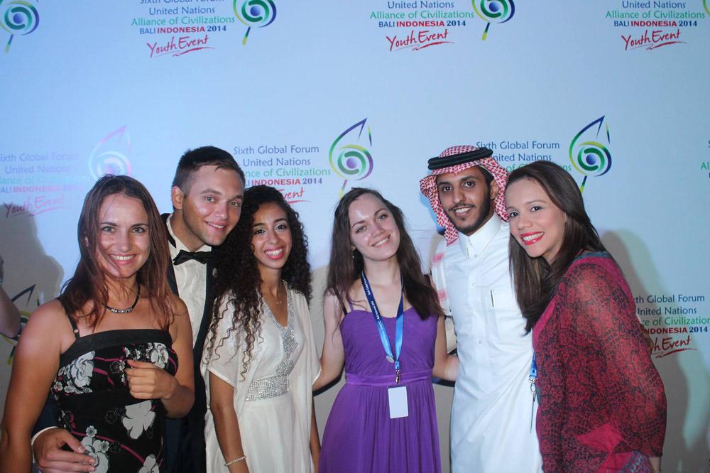 Молодежный форум Альянса цивилизаций ООН, Бали, Индонезия. Я в центре, между ребятами из Марокко и Саудовской Аравии. Перелет, проживание и питание — на организаторах