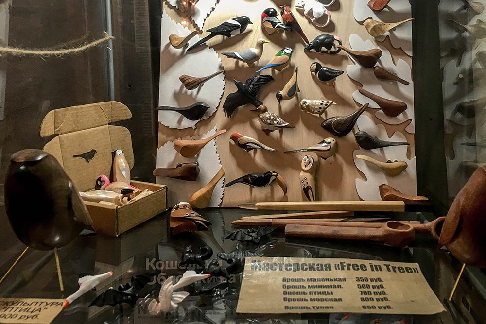 В магазине собраны изделия разных мастерских Петербурга. На фото — броши из дерева. Выглядят мило и необычно