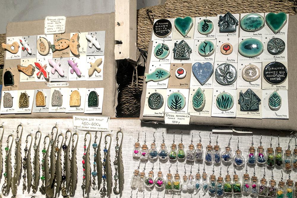 Внутри очень много на первый взгляд ненужной мелочи: керамических брошей, закладок для книг из металла, подвесок с засушенными растениями. Но вещи симпатичные