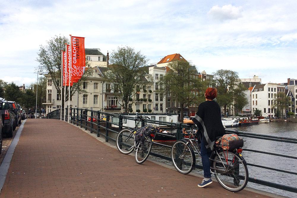 ПоАмстердаму весь день передвигались навелосипедах. Зааренду заплатили около 10€