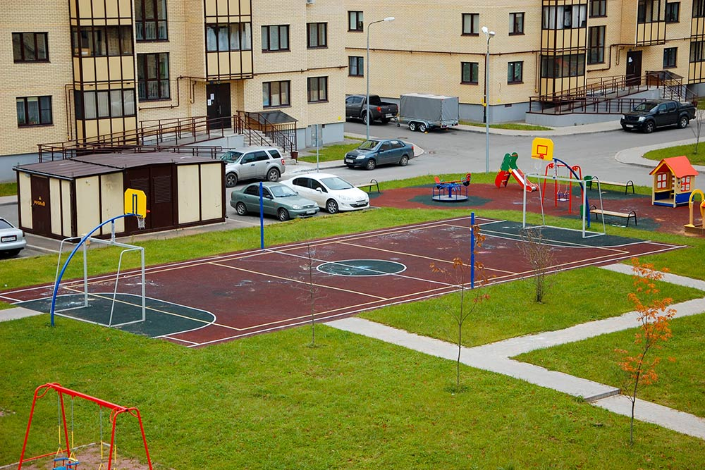 Во дворах были детские испортивные площадки