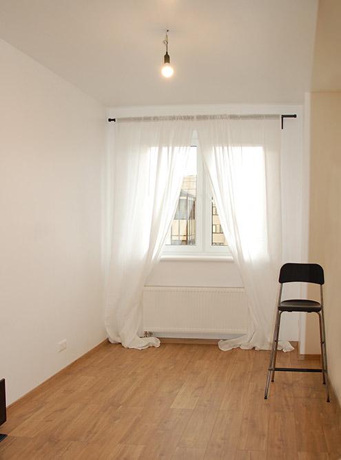 Чтобы покупатель понимал габариты помещения, можно поставить какой-либо предмет мебели: стол, стул, кровать