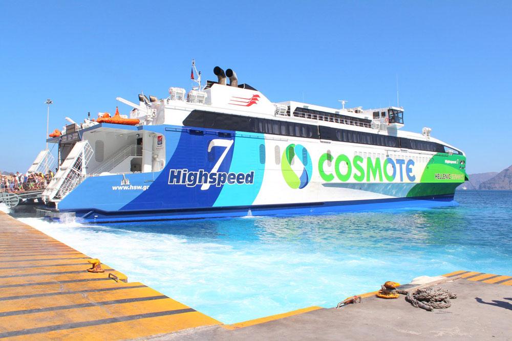 Такой катамаран за 2 часа доставляет 1000 человек с Крита на Санторини. Фото Олега Элли