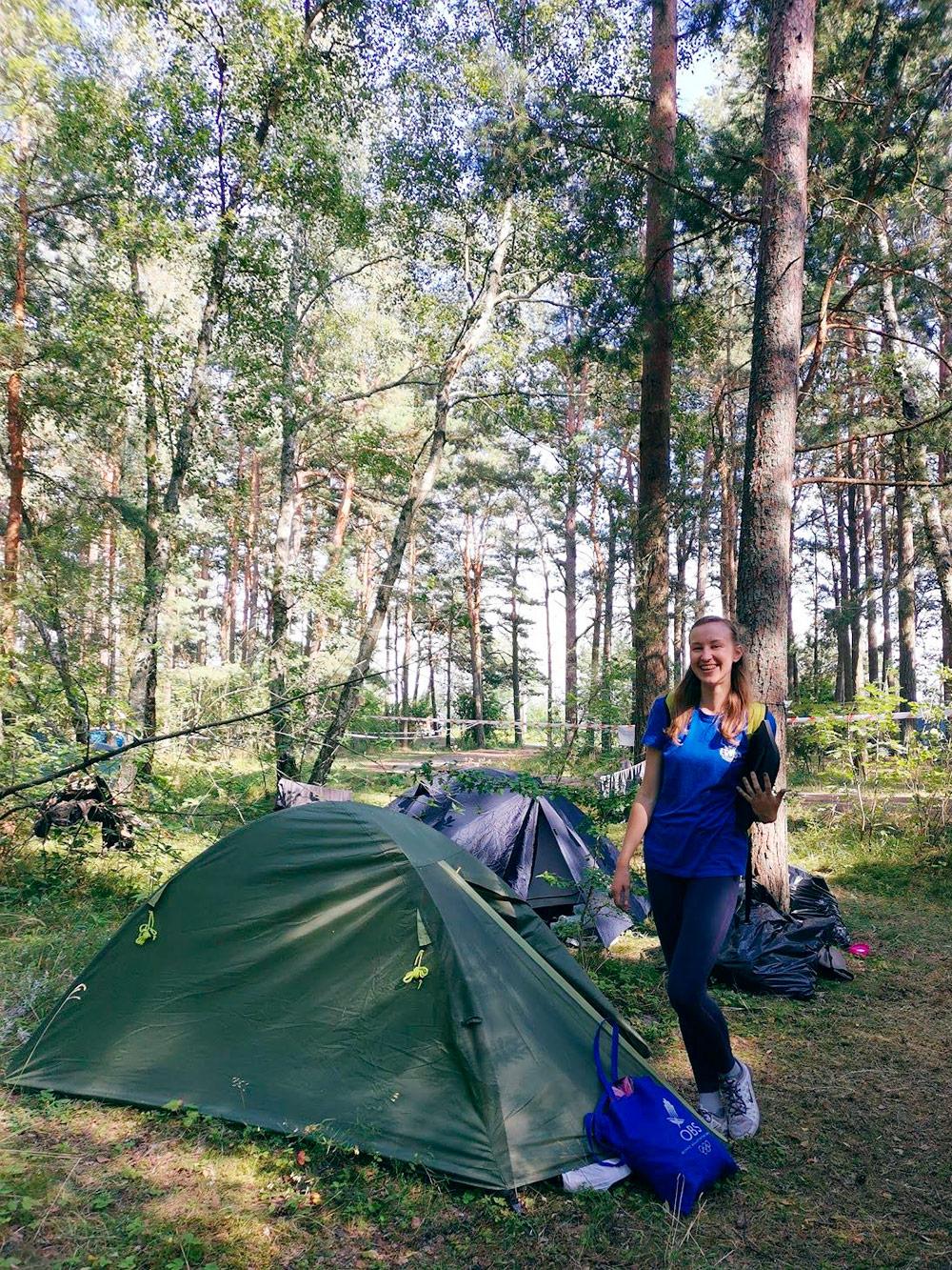 Стою возле своей палатки, которая целую неделю была любимым домом