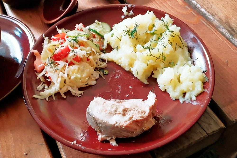 Второе блюдо на обед: немного салата, пюре и кусок консервированной рыбы