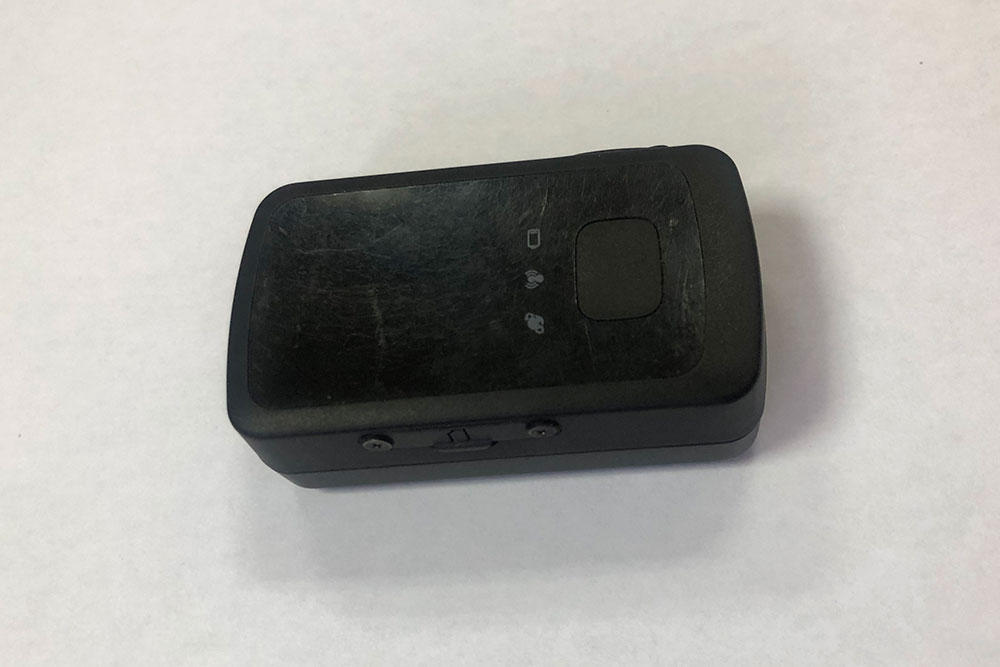 Это GPS-маяк, который умеет отслеживать перемещения своего хозяина. Он небольшой, размером чуть больше спичечного коробка. Работает от аккумулятора, поэтому его нужно периодически заряжать