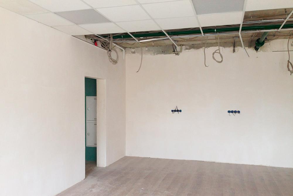 В офисах, которые нам сдали, оказался самый дешевый ламинат, желтые обои и коричневые межкомнатные двери