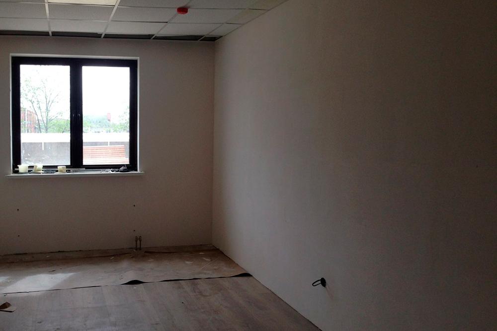 Делали ремонт практически с нуля: сносили перегородки 10 офисов и прокладывали коммуникации