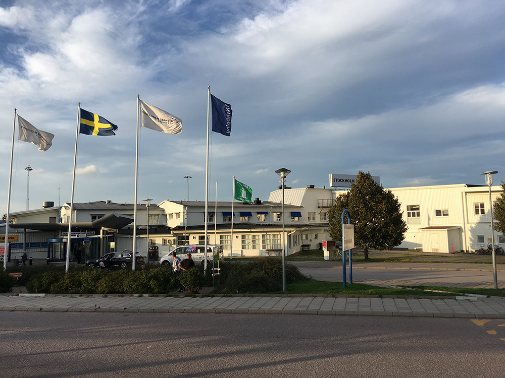 Аэропорт Стокгольм-Скавста находится в небольшом здании и больше похож на старый бизнес-центр. В день туда прилетают всего несколько рейсов