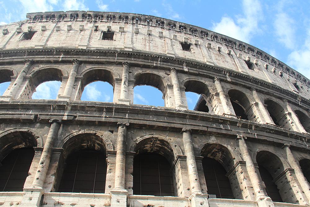 Билет в Колизей на сайте стоит 18€ (1476<span class=ruble>Р</span>). Если вы не фанат археологии, можно не тратиться и осмотреть здание только снаружи