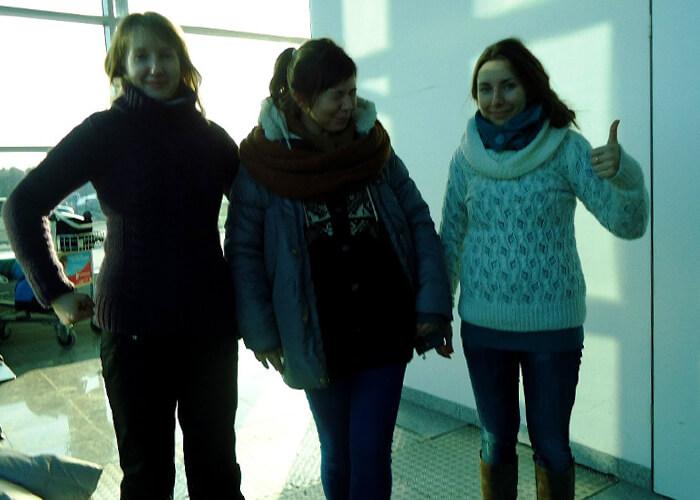 Так в университетские времена мы с подругами путешествовали лоукостерами налегке. Чтобы ограничиться провозом ручной клади и не платить за багаж, мы надевали на себя джинсы, брюки, несколько пар носков, водолазки, свитера и пиджак. Таможенники ничего не имели против и только улыбались при виде нас — девушек с «осиными» талиями