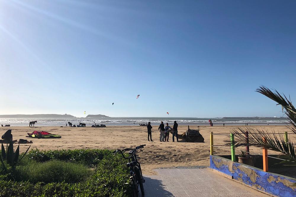 Пляж в Эс-Сувейре в марте. Купальный сезон в Марокко начинается в мае и длится до середины октября. В остальное время здесь катаются на кайтах