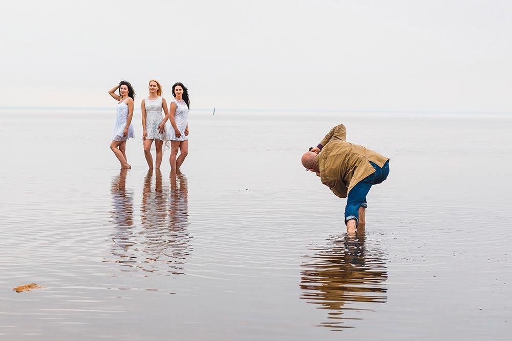 Фотографии с мастер-класса насоленом озере Эльтон. Вконце весны наЭльтоне остается тонкий слой воды, который выглядит какзеркало. Намнеповезло с погодой: было пасмурно идождливо, поэтому снять этоместо вовсей красе мнетакинеудалось. Нопоездка всеравно запомнилась: было интересно посмотреть наприемы работы других фотографов