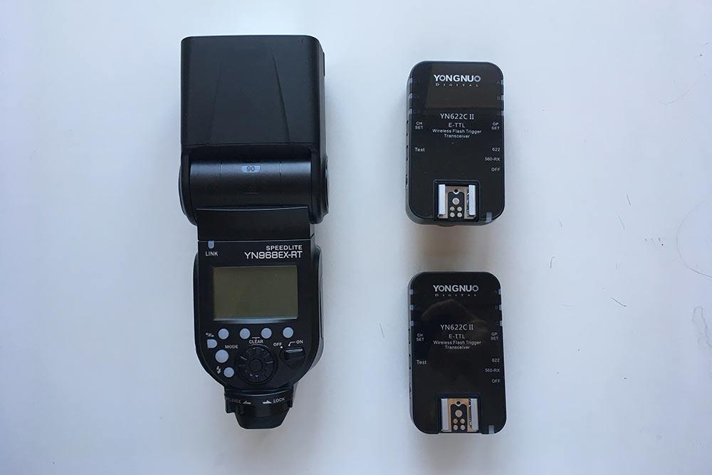 Слева — моявнешняя вспышка, асправа — двасинхронизатора. Япредпочитаю работать сестественным освещением, нобывают ситуации, когда бездополнительного света необойтись, например присъемке школьных портретов